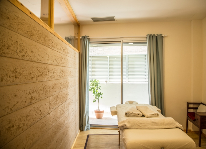 Centro de yoga MIBI en Sant Just Desvern. Construcción con tierra: bloques de tierra compactada (tapia) Arquitecta : Elisabetta Carnevale